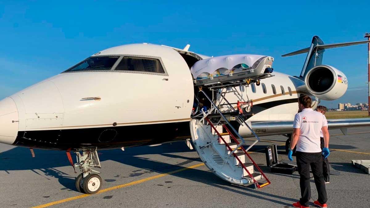 Alexei Navalny es transportado en avion