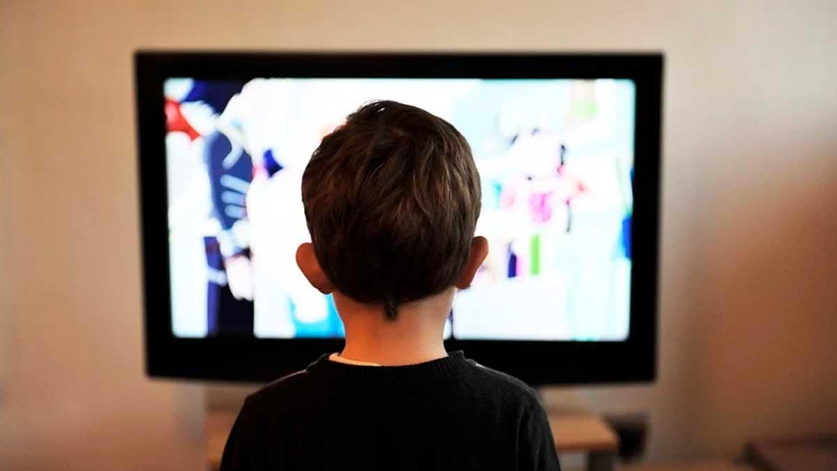 Niño ve TV