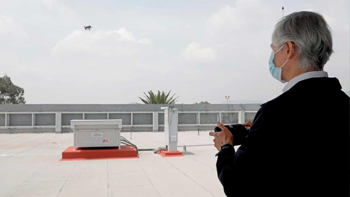 Alfredo Del Mazo volando dron