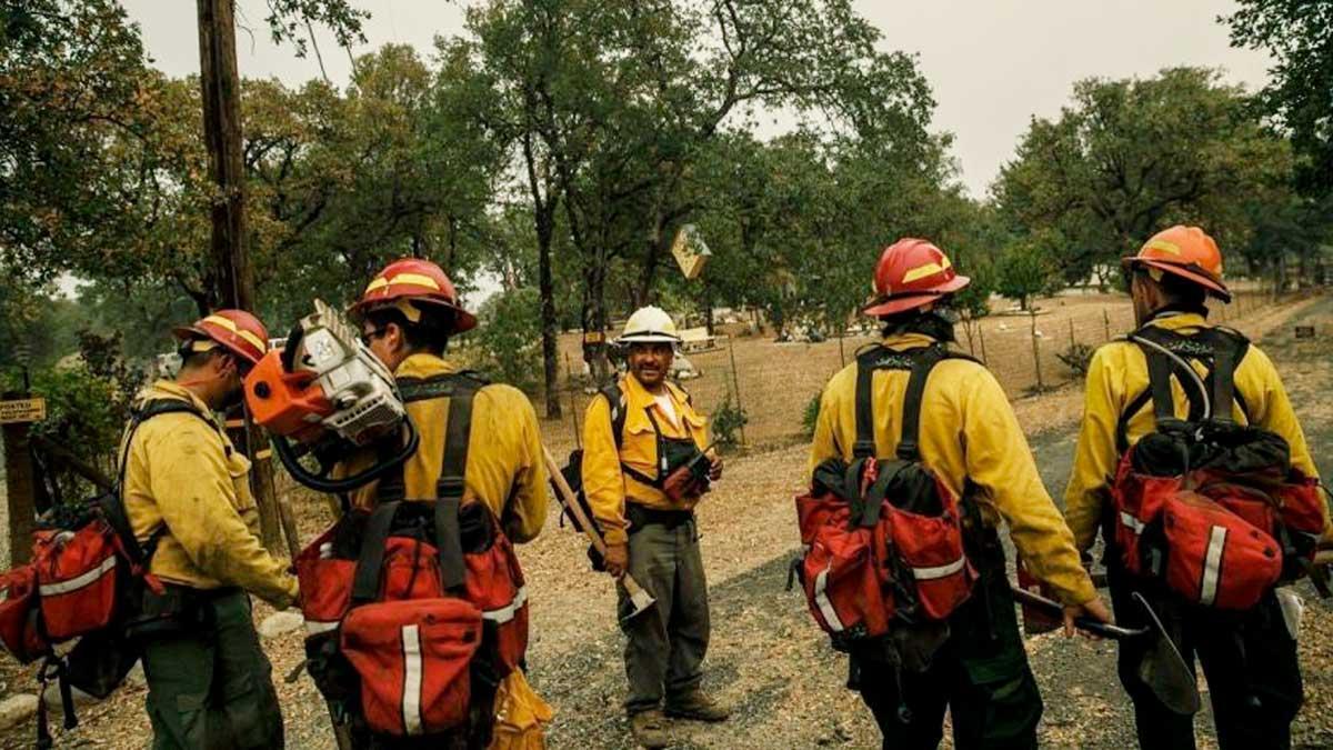 Mexicanos combaten incendio en California