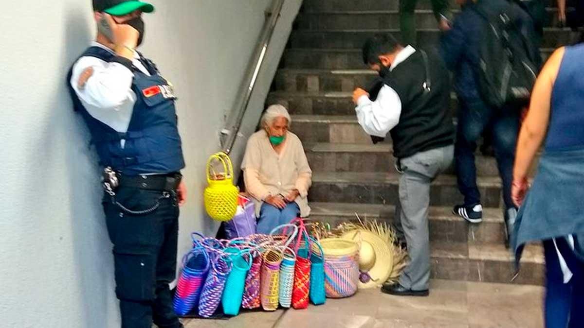 Mujer comerciante en metro
