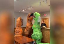 Photo of Se casan disfrazados de dinosaurios y su video se vuelve viral