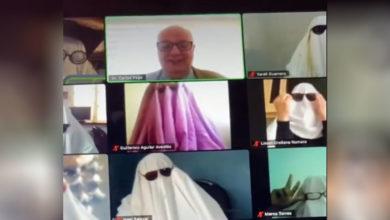 Photo of Alumnos en línea se disfrazan de fantasmas para inspirar a su profesor