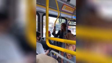 Photo of Mujer es lanzada de un autobús luego de escupirle a un pasajero