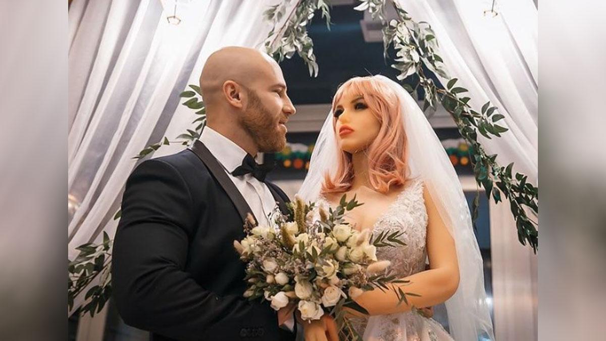 Hombre se casa con muneca sexual