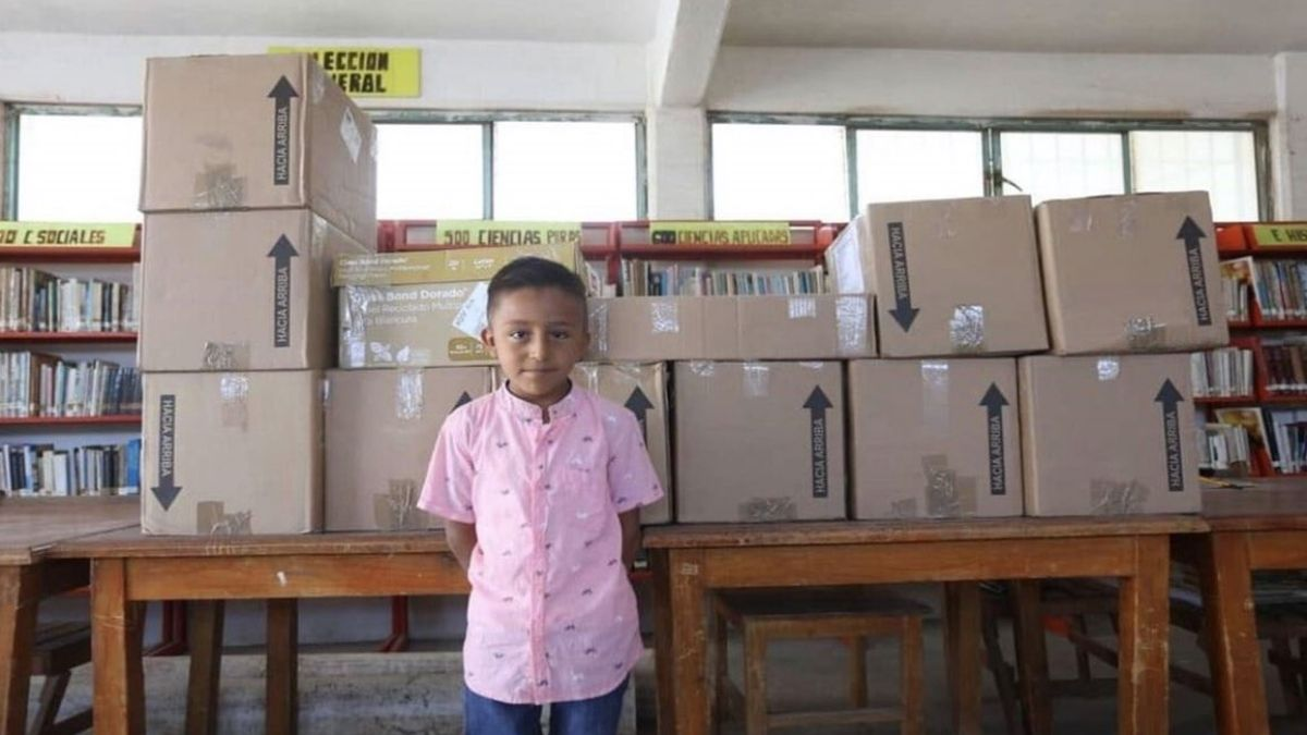 Niño dona libros con dinero de premio