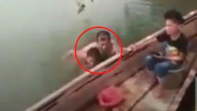 Hombre se baña con niña