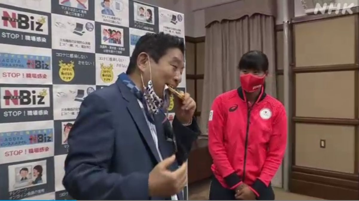 Alcalde japones muerde medalla