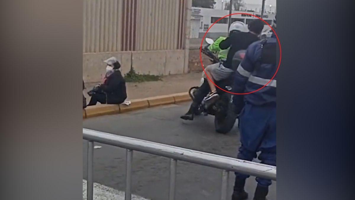Policia da ride a joven