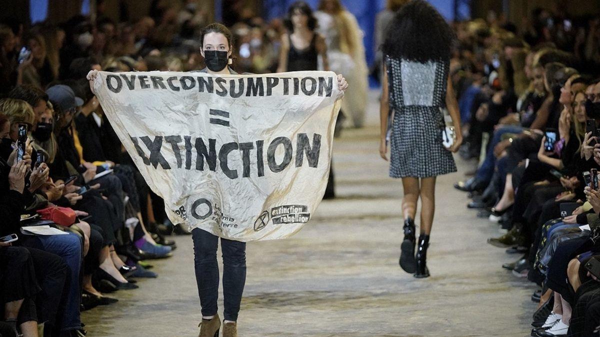 Activista protesta moda